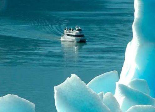 Recorrido en barco por el glaciar Perito Moreno . El Calafate, ARGENTINA