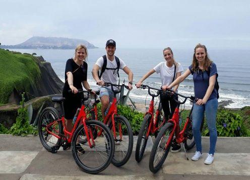 Recorrido en bicicleta por la ciudad de Lima: Los acantilados, Barranco y El Morro. Lima, PERU
