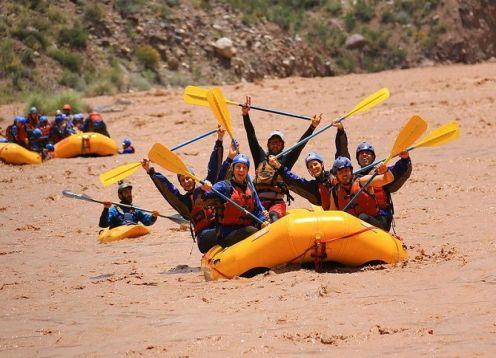 Rafting en Rio Mendoza desde ciudad Mendoza. Mendoza, ARGENTINA